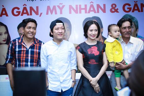 Diễn viên Thương Tín lần đầu khoe vợ trẻ và con gái nhỏ - 8