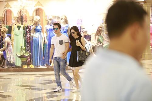Bắt gặp Đăng Khôi dắt vợ bầu đi mua sắm cuối tuần - 2