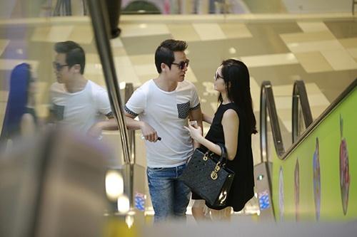 Bắt gặp Đăng Khôi dắt vợ bầu đi mua sắm cuối tuần - 3