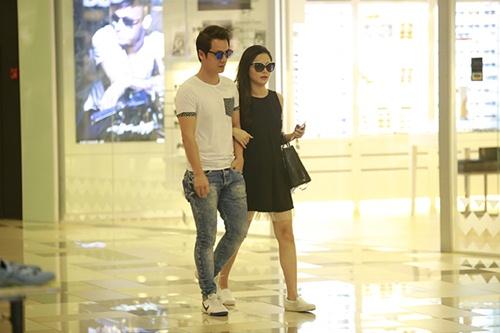 Bắt gặp Đăng Khôi dắt vợ bầu đi mua sắm cuối tuần - 1