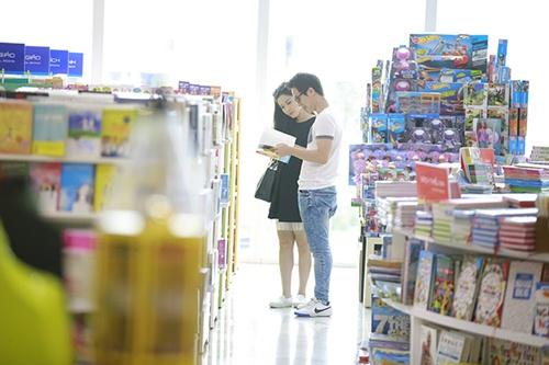 Bắt gặp Đăng Khôi dắt vợ bầu đi mua sắm cuối tuần - 5