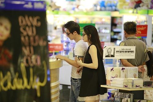 Bắt gặp Đăng Khôi dắt vợ bầu đi mua sắm cuối tuần - 7