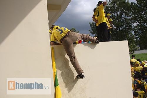 CĐV xứ Nghệ bất chấp nguy hiểm leo tường vào sân - 3