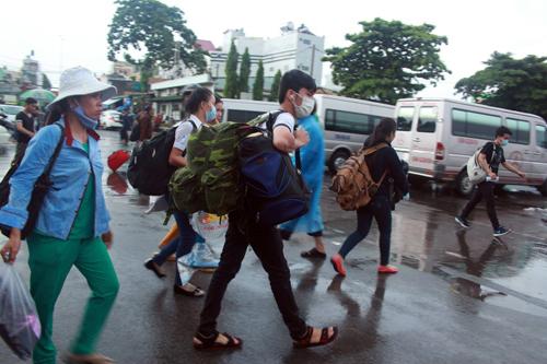 TP.HCM: Thí sinh đổ về quê trong cơn mưa chiều - 1