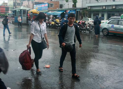 TP.HCM: Thí sinh đổ về quê trong cơn mưa chiều - 2