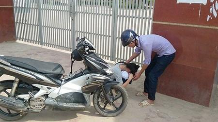 Đến muộn vì bố qua đời đột ngột, nữ sinh gục khóc trước cổng trường - 2