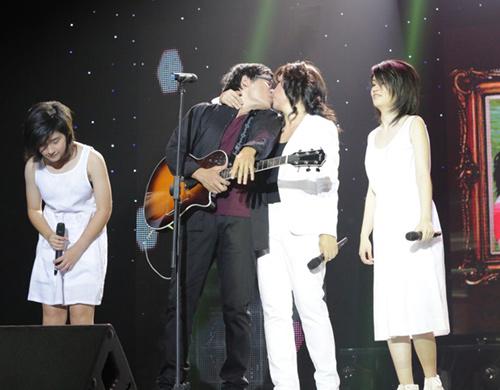 Phương Thảo, Ngọc Lễ khóa môi ngọt ngào trên sân khấu - 2