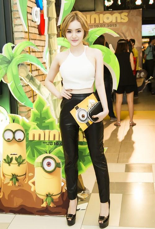 Em gái Phương Trinh diện áo yếm khoe lưng trần táo bạo - 3