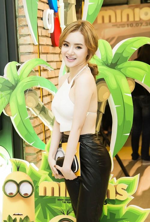 Em gái Phương Trinh diện áo yếm khoe lưng trần táo bạo - 5