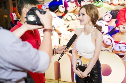 Em gái Phương Trinh diện áo yếm khoe lưng trần táo bạo - 6