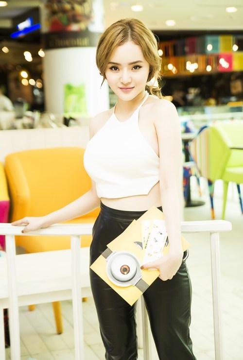 Em gái Phương Trinh diện áo yếm khoe lưng trần táo bạo - 9