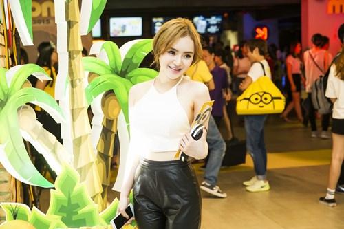 Em gái Phương Trinh diện áo yếm khoe lưng trần táo bạo - 7
