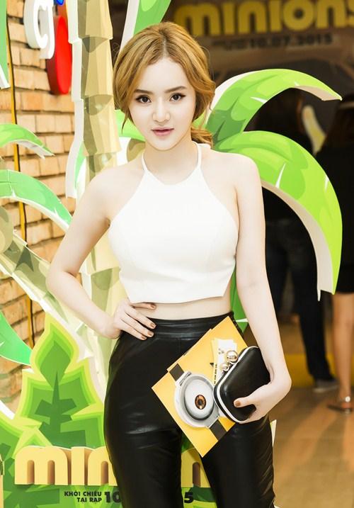 Em gái Phương Trinh diện áo yếm khoe lưng trần táo bạo - 4