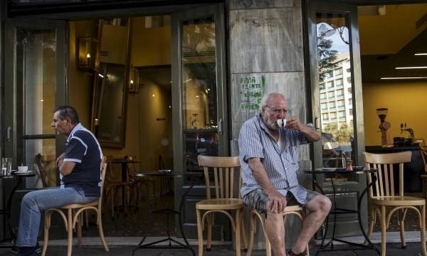"""Dân Hy Lạp dùng cà phê để """"xoa dịu"""" nỗi buồn vỡ nợ - 1"""