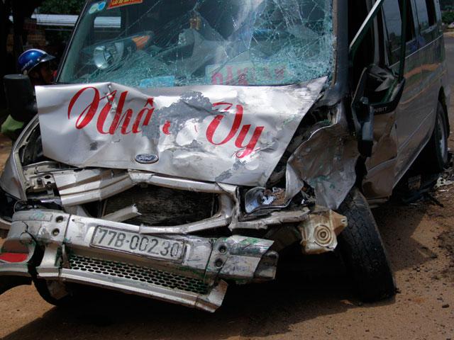 Ô tô đấu đầu xe khách, 3 người thương vong - 1