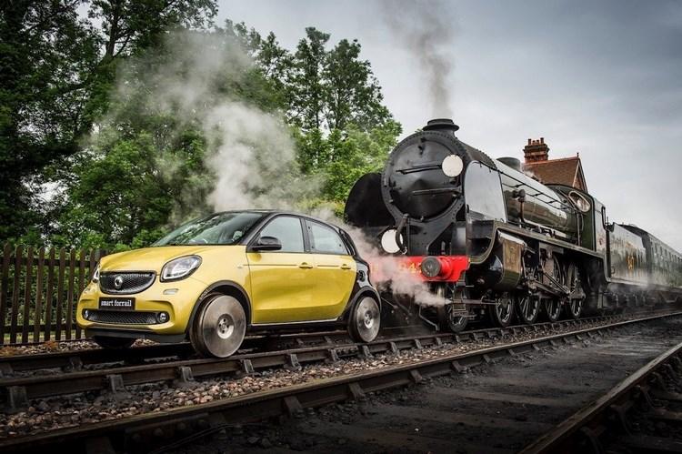 Kỳ lạ xe hơi chạy trên đường ray như tàu hỏa - 1