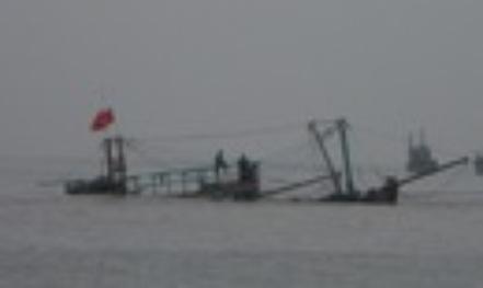 Giông lốc đánh chìm tàu cá, 8 ngư dân được cứu sống - 1