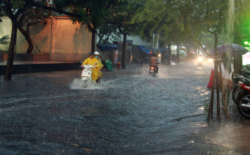 Người Sài Gòn vừa lội nước ngập vừa sợ sấm chớp - 1