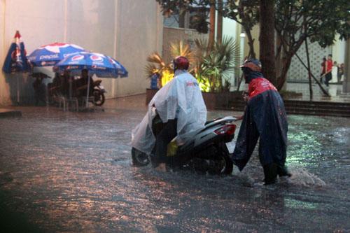 Người Sài Gòn vừa lội nước ngập vừa sợ sấm chớp - 2