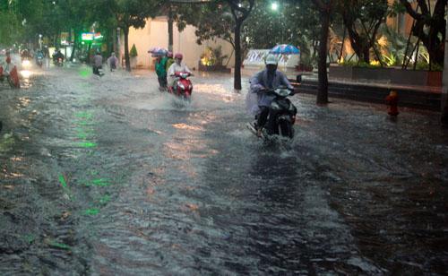 Người Sài Gòn vừa lội nước ngập vừa sợ sấm chớp - 3