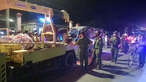 Đâm ngang hông xe tải, 3 người trong một nhà chết thảm - 3