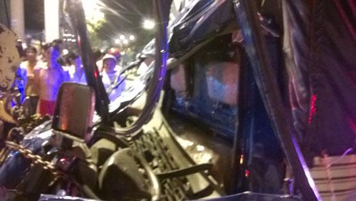 Đâm ngang hông xe tải, 3 người trong một nhà chết thảm - 2