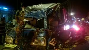 Đâm ngang hông xe tải, 3 người trong một nhà chết thảm