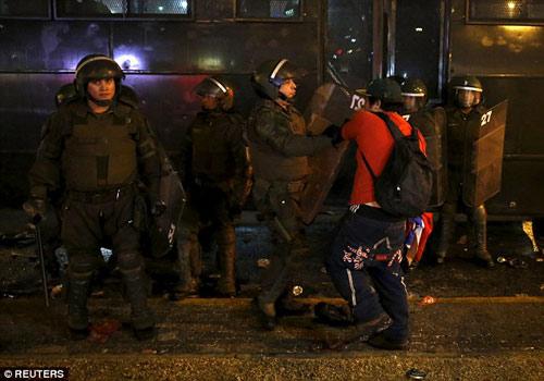 Chile chìm vào bạo loạn sau khi vô địch Copa - 7