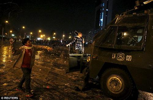 Chile chìm vào bạo loạn sau khi vô địch Copa - 8
