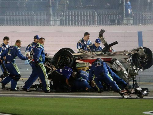 Xe đua cháy, phát nổ hãi hùng ở giải đua Nascar - 6