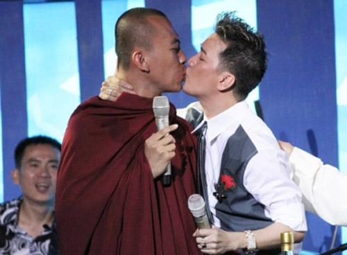 """13 nụ hôn """"tốn giấy mực"""" của Đàm Vĩnh Hưng - 1"""