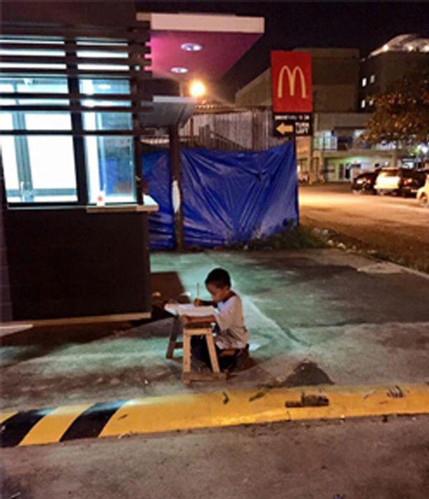 Cậu bé nghèo đổi đời nhờ một bức ảnh trên mạng - 1