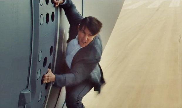 Video: Toát mồ hôi xem Tom Cruise đu bám thân máy bay