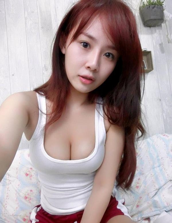 Cô gái nổi tiếng vì quấn khăn tắm chơi game - 4