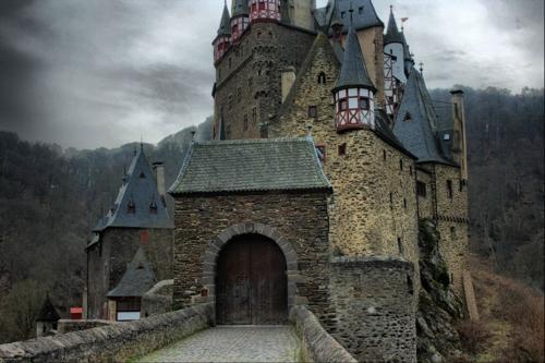Lạnh gáy những lâu đài ma ám đáng sợ nhất thế giới - 4