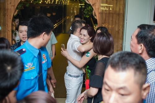 Đàm Vĩnh Hưng liên tục được fan nữ ôm hôn thắm thiết - 4