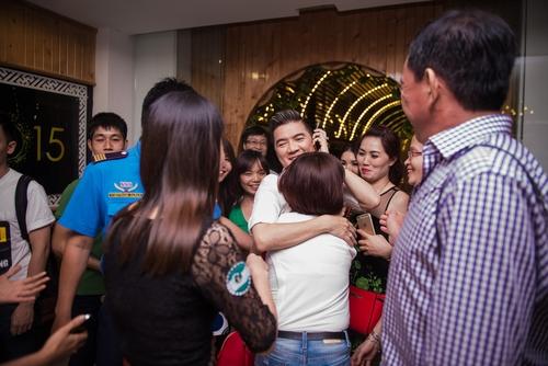 Đàm Vĩnh Hưng liên tục được fan nữ ôm hôn thắm thiết - 5