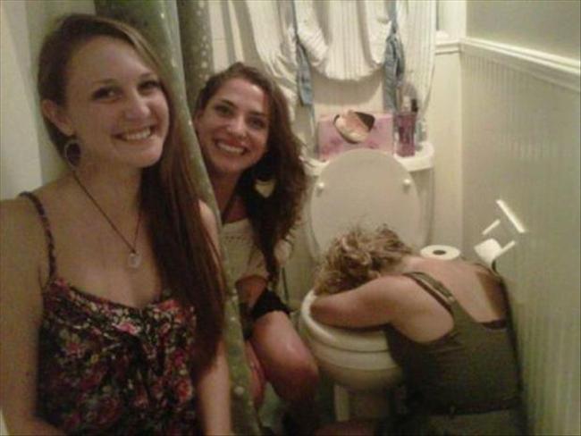 Say xỉn mà cũng không yên thân với lũ bạn.