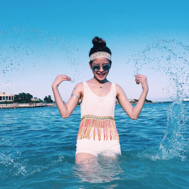 Cô nàng thích thú vui đùa với biển