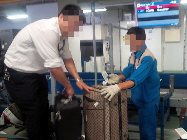 Hai nhân viên bốc xếp ở Nội Bài trộm đồ hành khách - 1