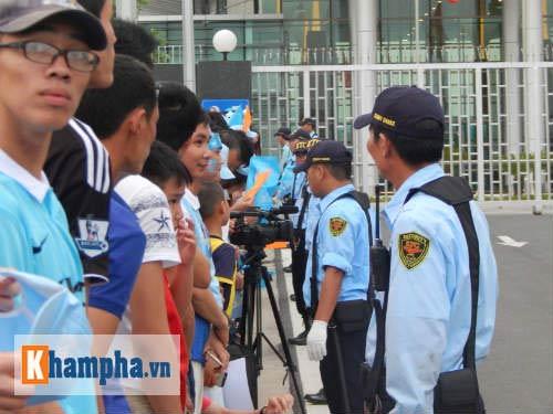 Fan đội mưa đón sao, Man City được bảo vệ siêu VIP - 4