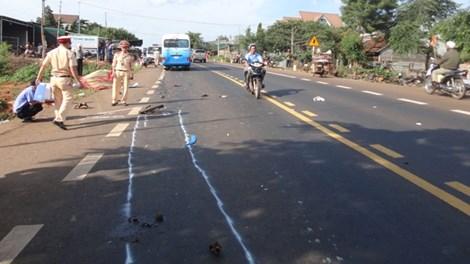 Xe máy lao thẳng vào ô tô, 4 thanh niên chết thảm - 1