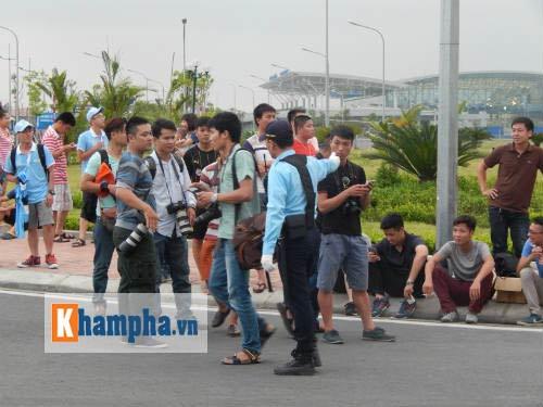 Fan đội mưa đón sao, Man City được bảo vệ siêu VIP - 6