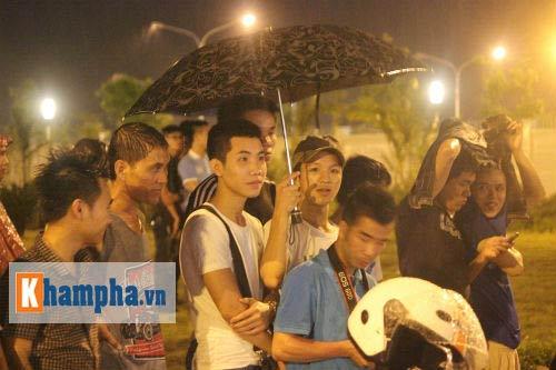 Fan đội mưa đón sao, Man City được bảo vệ siêu VIP - 8