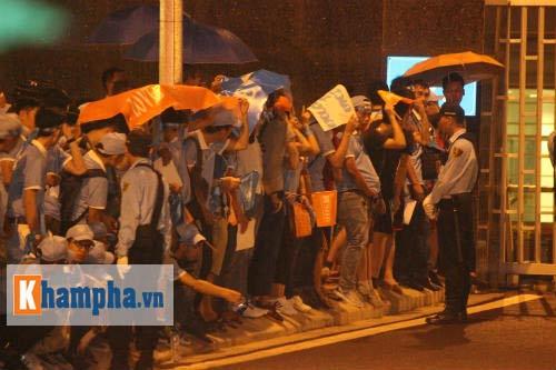 Fan đội mưa đón sao, Man City được bảo vệ siêu VIP - 9