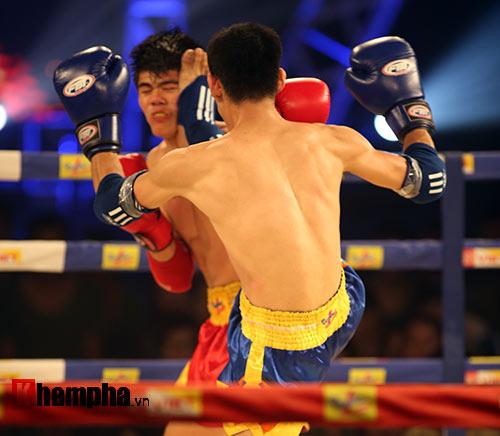 Võ sĩ Muay Thái phản đòn, đối thủ rách mắt - 2