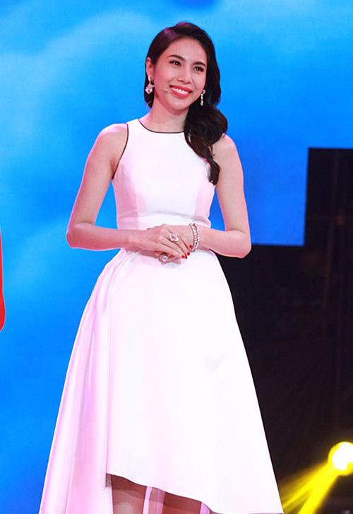 """Thủy Tiên """"căng thẳng"""" với Lâm Vinh Hải vì cô bé mồ côi - 2"""