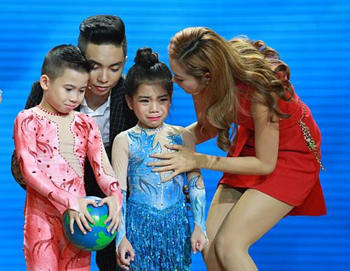 """Thủy Tiên """"căng thẳng"""" với Lâm Vinh Hải vì cô bé mồ côi - 9"""