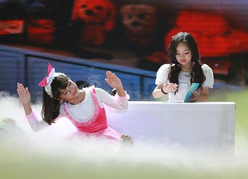 """Thủy Tiên """"căng thẳng"""" với Lâm Vinh Hải vì cô bé mồ côi - 1"""