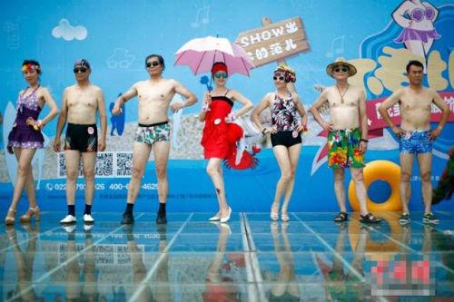 TQ: Hàng trăm cụ bà trình diễn bikini - 1